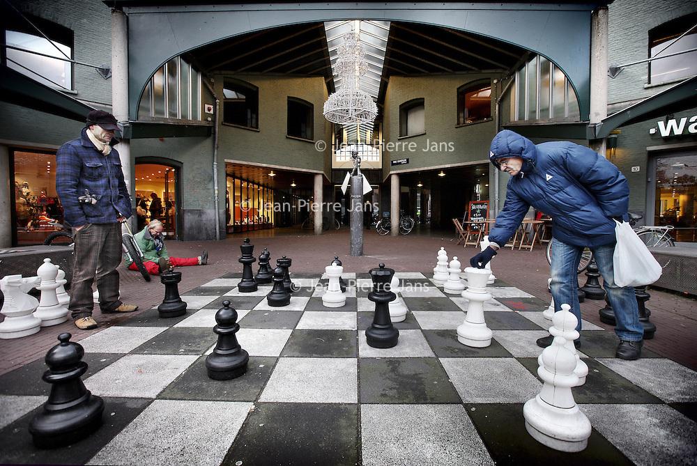 Nederland, Amsterdam , 7 december 2011..Schaken op het Max Euweplein..Foto:Jean-Pierre Jans