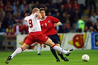 Football, EM-kvalifisering, Norge - Wales 3-2, Ullevaal stadion 5. september 2001.  Petter Rudi, Norge og John Hartson (9), Wales.