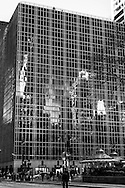 New York - midtown skyline reflected on a HBO mirror building  on 42nd street.. / HBO building , immeuble miroir. reflets des buildings sur la 42 me rue.New york -