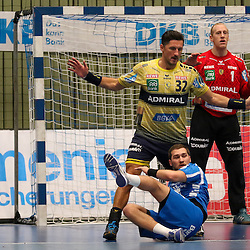 Rhein-Neckars Alexander Petersson (Nr.32) verteidigt am Kreis  im Spiel der Handballliga, Bergischer HC - Rhein-Neckar Loewen.<br /> <br /> Foto © PIX-Sportfotos *** Foto ist honorarpflichtig! *** Auf Anfrage in hoeherer Qualitaet/Aufloesung. Belegexemplar erbeten. Veroeffentlichung ausschliesslich fuer journalistisch-publizistische Zwecke. For editorial use only.