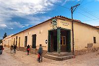 HUMAHUACA, CASAS DE ADOBE REVOCADAS EN UNA ESQUINA DEL CENTRO AL ATARDECER, PROV. DE JUJUY, ARGENTINA
