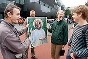 Pater Alain-Dominique (links) van de Utrechtse geloofsgemeenschap Familie van Sint Jan praat met eerstejaars studenten tijdens de informatiemarkt van de introductieweek.<br /> <br /> Father Alain-Domique (left) of the brothership Sint Jan is talking to students during their introduction week.