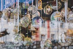 THEMENBILD - Christbaumkugeln aus Glas in einem Verkaufsfenster, aufgenommen am 17. April 2019 in Hallstatt, Österreich // Christmas tree balls made of glass in a sales windowv during the Corona Pandemic in Hallstatt, Austria on 2020/04/17. EXPA Pictures © 2020, PhotoCredit: EXPA/ JFK