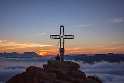 THEMENBILD - das Gipfelkreuz am Tristkogel bei Sonnenaufgang über der Wolkendecke im Tal aufgenommen am 16. September 2018 in Saalbach Hinterglemm, Österreich // the summit cross at the Tristkogel at sunrise, Saalbach Hinterglemm, Austria on 2018/09/16. EXPA Pictures © 2018, PhotoCredit: EXPA/ Stefanie Oberhauser