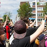 NLD/Amsterdam//20170805 - Gay Pride 2017, publiek steekt middelvinger op