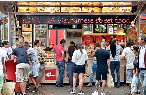 Nederland, Nijmegen, 2-8-2014De vietnamese loempiakraam op de hoek broerstraat -Plein44 heeft zich net een nieuwe mobiele wagen aangeschaft. Er is veel aanloop vban mensen die oosterse snacks willen eten.FOTO: FLIP FRANSSEN/ HOLLANDSE HOOGTE