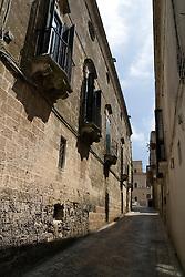 Centro Storico di Oria in Prov. di Brindisi. Oria vanta tradizioni antiche e gloriose. Secondo Erodoto di Alicarnasso, un gruppo di cretesi sarebbero stati sbattuti da una tempesta sulle coste joniche, fondando nell'entroterra Hyrìa intorno al 1200 a.C. Diverse le teorie sull'origine del nome. Di certo, nel tempo ha subìto diversi cambiamenti da Hyrìa alla greca Orra. Poi Ouria, Uria, Iria, Varia, Ureto, Oira e Orea.