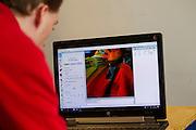 In Delft wordt een model gemaakt van de rijdster Iris Slappendel met een schuimmatras dat vacuüm wordt gezogen. Een teamlid bekijkt een van de scans. In september wil het Human Power Team Delft en Amsterdam, dat bestaat uit studenten van de TU Delft en de VU Amsterdam, tijdens de World Human Powered Speed Challenge in Nevada een poging doen het wereldrecord snelfietsen voor vrouwen te verbreken met de VeloX 7, een gestroomlijnde ligfiets. Het record is met 121,44 km/h sinds 2009 in handen van de Francaise Barbara Buatois. De Canadees Todd Reichert is de snelste man met 144,17 km/h sinds 2016.<br /> <br /> A 3D model is made of rider Iris Slappendel with a special matras. With the VeloX 7, a special recumbent bike, the Human Power Team Delft and Amsterdam, consisting of students of the TU Delft and the VU Amsterdam, also wants to set a new woman's world record cycling in September at the World Human Powered Speed Challenge in Nevada. The current speed record is 121,44 km/h, set in 2009 by Barbara Buatois. The fastest man is Todd Reichert with 144,17 km/h.