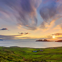 Beautiful Sunset with Puffin Island and Skellig Islands in St. Finian's Bay / The Glen, Co. Kerry, Ireland