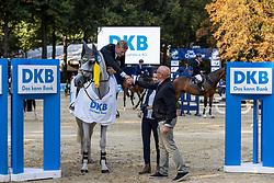 SCHULZE TOPPHOFF Philipp (GER), Concordess NRW<br /> Siegerehrung<br /> Großer Preis der Deutschen Kreditbank AG (CSI2*)<br /> Springprüfung mit Stechen, international<br /> Höhe: 1,45m<br /> Paderborn - OWL Paderborn Challenge 2020<br /> 13. September2020<br /> © www.sportfotos-lafrentz.de/Stefan Lafrentz