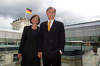 23 MAY 2004, BERLIN/GERMANY:<br /> Horst Koehler, desig. Bundespraesident, und seine Ehefrau Eva Koehler, nach der Wahl Koehlers, nach Ende der Sitzung der Bundesversammlung anlässlich der Wahl des Bundespraesidenten, Deutscher Bundestag<br /> IMAGE: 20040523-01-086<br /> KEYWORDS: Bundespräsident, Horst Köhler, Eva Köhler