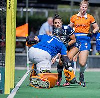 AMSTELVEEN - Stella van Gils (Pinoke) passeert keeper Diana Beemster (Bldaal) en scoort   tijdens de oefenwedstrijd tussen de dames van Bloemendaal en Pinoke   ter voorbereiding van het hoofdklasse hockeyseizoen 2020-2021.  COPYRIGHT KOEN SUYK