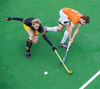 BLOEMENDAAL  - Florian Fuchs (Bldaal) met Imre Vos (Den Bosch) tijdens de oefenwedstrijd Bloemendaal-Den Bosch (m) .  COPYRIGHT KOEN SUYK
