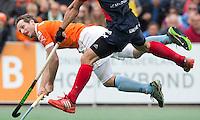 BLOEMENDAAL - Ronald Brouwer doet een poging te scoren tijdens de finale  van de EHL (Euro Hockey League) tussen de mannen van Bloemendaal en KHC Dragons (Belgie).  ANP KOEN SUYK