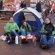 NLD/Huizen/20060225 - Actie CDA Huizen met kampeertent op de markt in Huizen als protest tegen de woningnood