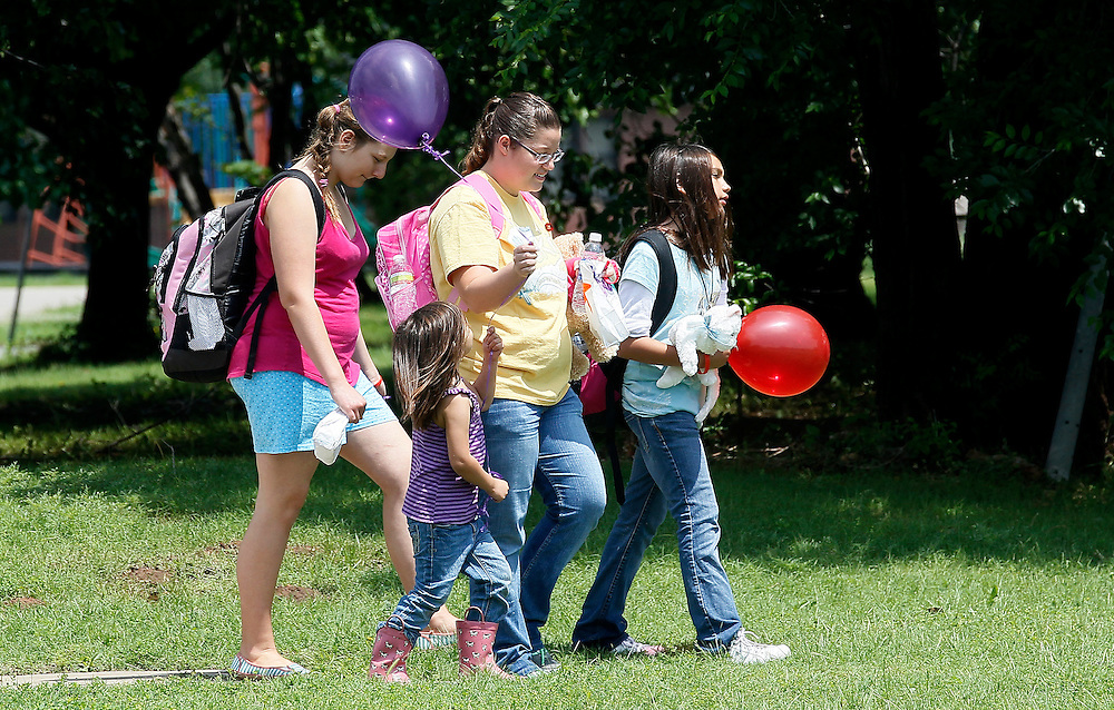 Parents and students from elementary school walk with balloons after being dismissed on the last day of school in Oklahoma City, May 23, 2013. Seven children died in the Plaza Towers elementary  school with the first being laid to rest today. REUTERS/Rick Wilking (UNITED STATES)
