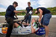 In Ysselsteyn test het HPT de nieuwe fiets op de Raceway baan met hun vrouwelijke rijder Christien Veelenturf. In september wil het Human Power Team Delft en Amsterdam, dat bestaat uit studenten van de TU Delft en de VU Amsterdam, een poging doen het wereldrecord snelfietsen te verbreken, dat nu op 133 km/h staat tijdens de World Human Powered Speed Challenge.<br /> <br /> In Ysselsetyn the HPT is testing their new bike. With the special recumbent bike the Human Power Team Delft and Amsterdam, consisting of students of the TU Delft and the VU Amsterdam, also wants to set a new world record cycling in September at the World Human Powered Speed Challenge. The current speed record is 133 km/h.