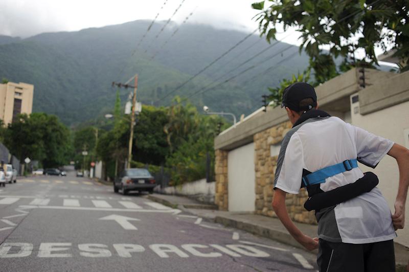 Maickel Melamed se realiza su entrenamiento de fuerza por las calles de Los Palos Grandes en Caracas. Maickel ejercita todos los dias como preparacion para el Maraton de NY 2011.
