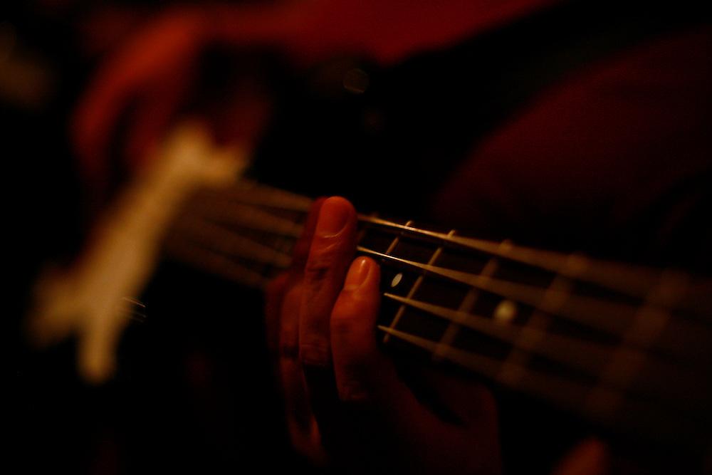 Belo Horizonte_MG, Brasil...Ensaio da banda Coracoes Dilacerados no Estudio Geleia. Na photo um musico tocando guitarra...The rehearsal of the Coracoes Dilacerados band in Geleia studio. In this photo a musician playing electric guitar...Foto: LEO DRUMOND / NITRO.