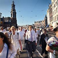 Nederland, Amsterdam , 23 juli 2014.<br /> Duizenden mensen lopen mee met een stille tocht door het centrum van Amsterdam. Volgens de organisatie zijn er zo'n vijfduizend deelnemers, meldt persbureau Novum. De wandeling begon om 20.00 uur op de Dam en eindigt daar ook weer. Deelnemers zullen daar witte ballonnen oplaten. Ook dragen zij witte kleding.<br /> Op de foto: Amsterdam SP leider Laurens Ivens loopt mee met de Stille tocht. Hier ter hoogte van het Spui.<br /> Thousands of people walk along with a silent march through the center of Amsterdam. The victims of flight MH17 are thus commemorated. National day of Mourning .