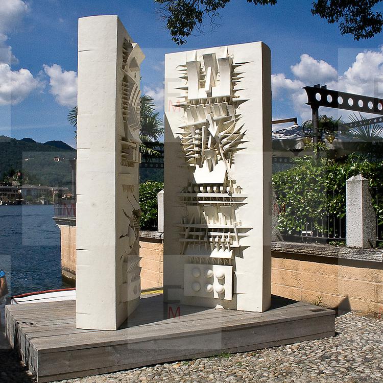 Scultura di Arnaldo Pomodoro: le porte del sapere 2003.fiberglass 320 x 260 x 45..Sculpture of Arnaldo Pomodoro: Doors of knowledge, 2003.fiberglass, 320 x 260 x 45 cm