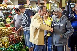 """O candidato a governador do Estado pela coligação """"O Rio Grande Merece Mais"""", Vieira da Cunha durante caminhada no Mercado Público. FOTO: Jefferson Bernardes/ Agência Preview"""