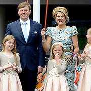 Koningsdag 2014 in Amstelveen, het vieren van de verjaardag van de koning. / Kingsday 2014 in Amstelveen, celebrating the birthday of the King. <br /> <br /> <br /> Op de foto / On the photo:  Koning Willem-Alexanderen  koningin Maxima met hun dochters  Alexia , Ariane en Amalia / King Willem-Alexander and Queen Maxima with their daughters Alexia, Ariane and Amalia