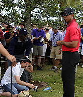 Golf<br /> Foto: imago/Digitalsport<br /> NORWAY ONLY<br /> <br /> 09 March 2014: Tiger Woods signs an autograph for a fan that was hit in the head by Wood s tee shot from the first tee box during the final round of the World Golf Championships-Cadillac Championship on the Blue Monster course at the Trump National Doral in Doral, FL.