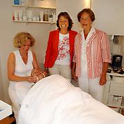 NLD/Huizen/20050702 - 3 juffen Beatrixschool krijgen verwendag schoonheidssalon Rianne Syl Wildweg 19 Huizen, Juf Hanny Boor, juf Tiny Kruymer, juf Ali van den Heuvel