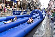 Nederland, Nijmegen, 28-5-2016In de binnenstad is op de Hezelstraat een opblaasbare glijbaan, waterglijbaan geplaats waar mensen dit weekend vanaf kunnen glijden . Het is een klein evenement in het kader van nijmegen summercapital of holland, wat veel bezoekers, publiek trektFOTO: FLIP FRANSSEN/ HH