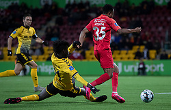 James Gomez (AC Horsens) forsøger at toppe Isaac Atanga (FC Nordsjælland) under kampen i 3F Superligaen mellem FC Nordsjælland og AC Horsens den 19. februar 2020 i Right to Dream Park, Farum (Foto: Claus Birch).