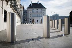 THEMENBILD - Poller am Ballhausplatz vor dem Bundeskanzleramt und der Präsidentschaftskanzlei. Aufgenommen am 02.11.2017 in Wien, Österreich // Bollards in front of the Federal Chancellery and Federal Presidents Office in Vienna, Austria on 2017/11/02. EXPA Pictures © 2017, PhotoCredit: EXPA/ Michael Gruber