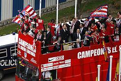 13.05.2010, Neptun Statue, ESP, UEFA Europa League Sieger Atletico Madrid Empfang im Bild die Fans und die Mannschaft von Atletico Madrid feiern den Europa League Sieg, EXPA Pictures © 2010, PhotoCredit: EXPA/ Alterphotos/ Julian Bird / SPORTIDA PHOTO AGENCY