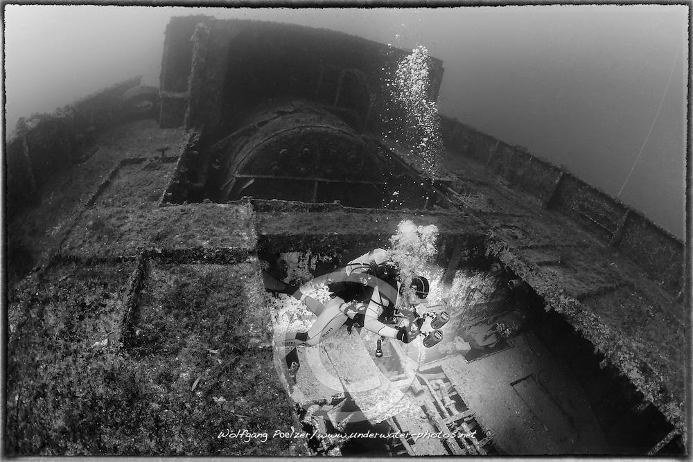 Neu entdecktes unerforschtes Schiffswrack und Taucher, Hafenschlepper, Wrack,  Schwarzweiss Aufnahme, New unexplored, discovered Shipwreck and scuba diver, black and white, Tug Boat, Malta