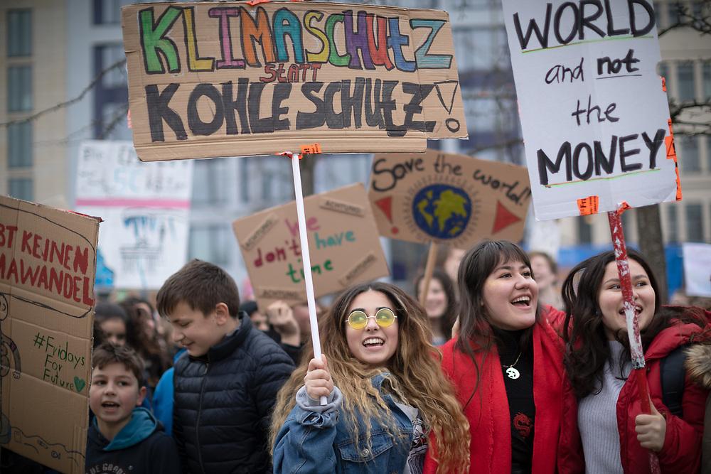Fridays For Future: Mehrere hundert SchülerInnen und Studierende beteiligen sich in Berlin am Schulstreik für mehr Klimaschutz. Die Demonstranten fordern, die Ziele des Pariser Klimaabkommens einzuhalten und die Erderwärmung auf 1,5 Grad zu begrenzen. Vorbild für die Streikenden ist die schwedische Schülerin G r e t a  T h u n b e r g, die bereits seit Monaten jeden Freitag vor dem schwedischen Parlament für Klimaschutz protestiert. Demonstrantin mit Schild: Klimaschutz statt Kohleschutz!<br /> <br /> [© Christian Mang - Veroeffentlichung nur gg. Honorar (zzgl. MwSt.), Urhebervermerk und Beleg. Nur für redaktionelle Nutzung - Publication only with licence fee payment, copyright notice and voucher copy. For editorial use only - No model release. No property release. Kontakt: mail@christianmang.com.]