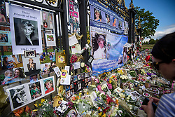 © Licensed to London News Pictures. 31/08/2017. London, UK. Flowers and tributes left at the gates to Kensington Palace in London on the 20th anniversary of the death of Diana, Princess of Wales. Princess Diana was fatally injured in a car crash along with her companion Dodi Fayed, while the couple were being driven through the Pont de l'Alma tunnel in Paris on 31 August 1997. Photo credit: Ben Cawthra/LNP