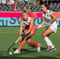ANTWERPEN - Laurien Leurink (Ned) met Cristina Guinea (Esp)   tijdens  hockeywedstrijd  dames,Nederland-Spanje (1-1),   bij het Europees kampioenschap hockey.   COPYRIGHT KOEN SUYK