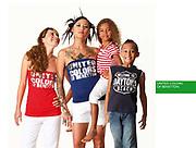 Photographie commerciale pour Benetton Nouméa. Femme tatouée avec enfants à ses cotés. Photographie publicitaire Nouvelle Calédonie.