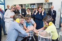31 MAY 2018, HAMBURG/GERMANY:<br /> Anja Karliczek, CDU, Bundesministerin fuer Bildung und Forschung, Helmut Dosch, Vorsitzender des DESY-Direktoriums, und Katharina Fegebank, B90/Gruene, 2. Buergermeisterin Hamburg und Bildungssenatorin, (v.L.n.R.), schauen Schuelern bei einem pysikalischen Experiument zu, Besuch des Deutschen Elektronen-Synchrotons, DESY<br /> IMAGE: 20180531-01-072