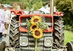 THEMENBILD - Sonnenblumen auf der Kühlerhaube eines Traktor, aufgenommen am 25. August 2019, Piesendorf, Österreich // Sunflowers on a tractor bonnet on 2019/08/25, Piesendorf, Austria. EXPA Pictures © 2019, PhotoCredit: EXPA/ Stefanie Oberhauser