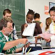 Nederland Rotterdam 5 juni 2008 20080604 Foto: David Rozing .VMBO leeringen van brede school Nieuw Zuid aan de Putsebocht in Rotterdam zuid tijdens les.. De brede school is - in Nederland - een definitie voor de samenwerkende partijen die zich bezighouden met opgroeiende kinderen. Hierbij hoort in ieder geval onderwijs en welzijn, maar vaak ook kinderopvang, cultuur, sport, de bibliotheek, enz. In de praktijk is de brede school een plaats waar school en voor- en naschoolse opvang in elkaar samenvloeien..De brede school is een samenwerkingsverband tussen partijen die zich bezighouden met opgroeiende kinderen. Doel van het samenwerkingsverband is de ontwikkelingskansen van de kinderen te vergroten. Een ander doel kan zijn een doorlopende, en op elkaar aansluitende opvang te bieden. .De Brede School is geen nieuw begrip meer in Rotterdam. Sinds een aantal jaar breidt een groot aantal onderwijsinstellingen in het primair- en voortgezet onderwijs in Rotterdam het lesprogramma meer en meer uit met een keur aan activiteiten. Dit kunnen activiteiten zijn die zich richten op sociaal-emotionele, fysieke en cognitieve ontwikkeling van leerlingen, maar ook buiten- of voorschoolse activiteiten die de integratie en participatie van leerlingen en ouders bevorderen..Scholen werken samen met verschillende partners (organisaties, verenigingen, etc.) uit de buurt. Op deze manier sluiten binnen- en buitenschoolse activiteiten zo veel mogelijk op elkaar aan. Het doel? Om leerachterstanden te voorkomen en op te heffen, leer- en ontwikkelingsmogelijkheden te vergroten en de leerprestaties van leerlingen te verbeteren. En belangrijk: dat leerlingen kunnen ervaren waar ze aanleg voor hebben en hun talenten verder ontwikkelen. alle Brede Scholen in het Primair Onderwijs in Rotterdam per 1 januari 2007 verplicht voor-, tussen- en naschoolse opvang moeten aanbieden tussen 07.30 uur en 18.30 uur. Dit kan weer belangrijke gevolgen hebben voor het ontwikkelen van dagarrangementen. Daar wil Rotter