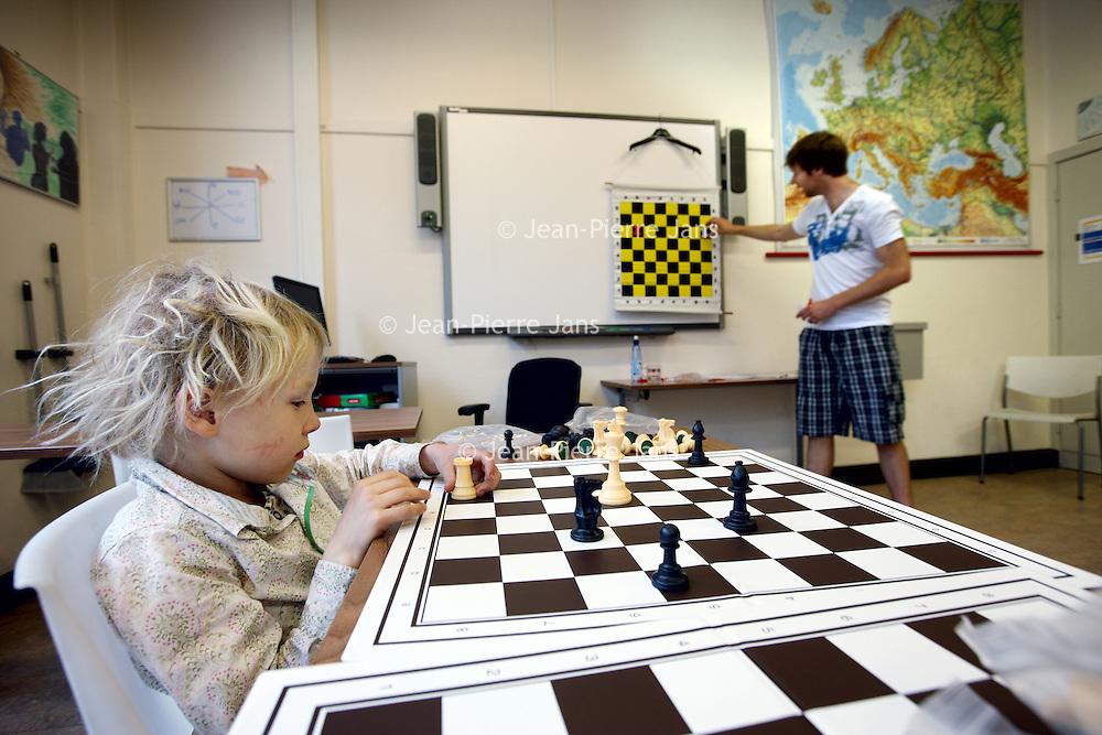 Nederland, Amsterdam , 29 april 2010..Kinderen leren schaken bij Schaakclub Schaakclub VAS op de Lineaushof..Foto:Jean-Pierre Jans