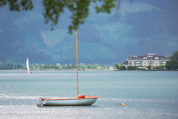 THEMENBILD - ein Segelboot liegt vor Anker am Ufer des Zell See, aufgenommen am 10. Mai 2018, Zell am See, Österreich // a sailboat is anchored on the shores of Lake Zell on 2018/05/10, Zell am See, Austria. EXPA Pictures © 2018, PhotoCredit: EXPA/ Stefanie Oberhauser