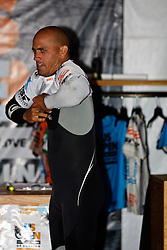 HUNTINGTON BEACH, California/USA (Sunday,Aug 7, 2011) 10-Time ASP World Champion Kelly Slater (Cocoa Beach, FL), 39, puts his white jersey for the quaterfinals sunday morning at the U.S. Open of Surfing 2011. Photo: Eduardo E. Silva.