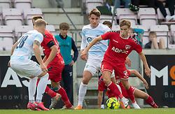 Kristian Kirkegaard (FC Fredericia) rykker fra Oliver Kjærgaard (FC Helsingør) under kampen i 1. Division mellem FC Fredericia og FC Helsingør den 4. oktober 2020 på Monjasa Park i Fredericia (Foto: Claus Birch).