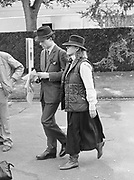 Mark Owen and Caroline Cardy-Brown. Arc de Triomphe. Longchanp. Paris. 6 October 1985.  © Copyright Photograph by Dafydd Jones 66 Stockwell Park Rd. London SW9 0DA Tel 020 7733 0108 www.dafjones.com
