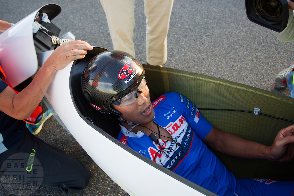 Ryohei Komori tijdens de laatste race.  In Battle Mountain (Nevada) wordt ieder jaar de World Human Powered Speed Challenge gehouden. Tijdens deze wedstrijd wordt geprobeerd zo hard mogelijk te fietsen op pure menskracht. Het huidige record staat sinds 2015 op naam van de Canadees Todd Reichert die 139,45 km/h reed. De deelnemers bestaan zowel uit teams van universiteiten als uit hobbyisten. Met de gestroomlijnde fietsen willen ze laten zien wat mogelijk is met menskracht. De speciale ligfietsen kunnen gezien worden als de Formule 1 van het fietsen. De kennis die wordt opgedaan wordt ook gebruikt om duurzaam vervoer verder te ontwikkelen.<br /> <br /> In Battle Mountain (Nevada) each year the World Human Powered Speed Challenge is held. During this race they try to ride on pure manpower as hard as possible. Since 2015 the Canadian Todd Reichert is record holder with a speed of 136,45 km/h. The participants consist of both teams from universities and from hobbyists. With the sleek bikes they want to show what is possible with human power. The special recumbent bicycles can be seen as the Formula 1 of the bicycle. The knowledge gained is also used to develop sustainable transport.