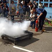 Huizerdag 2001, open dag Brandweer, kinderen blussen een brand