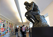 Nederland, Laren, 15-1-2012Vanwege de grote belangstelling is de tentoonstelling over schilder Jan Sluijters verlengd.Amateurschilders kunnen een portret inleveren, waaruit het publiek een winnaar, publiekswinnaar, kan kiezen. Het na diefstal teruggevonden en gerestaureerde bronzen beeld van Rodin, de denker, le penseur, zit op zijn sokkel en kijkt ernaar.Foto: Flip Franssen/Hollandse Hoogte