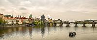 Prague, la ville aux mille tours et mille clochers, n'a pas seulement inspire Andre Breton et les surrealistes. Chaque annee, la belle Tcheque seduit des millions d'admirateurs du monde entier. Monuments, façades et statues racontent une histoire mouvementee ou planent les ombres du Golem, de Mucha ou de Kafka.<br /> Depuis 1992, le centre ville historique est inscrit sur la liste du patrimoine mondial par l'UNESCO<br /> <br /> Le pont Charles (Karluv most) est un pont qui relie la Vieille-Ville de Prague (Stare Mesto) au quartier de Mala Strana. Construit au XIVesiecle, il sera le seul pont sur la Vltava jusqu'en 1741.